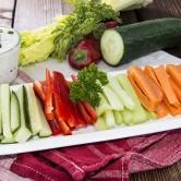 Um snack saudável e colorido: vegetais crus